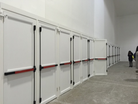 作品《私生子》 自动开关的门 仅能装进一人的行走空间