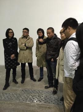 艺术家何岸(左四)与到场好友交流