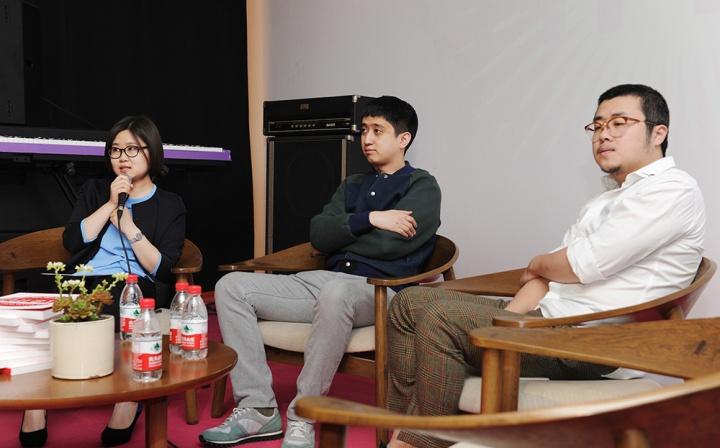 论坛由《Hi艺术》执行主编罗颖主持(左)