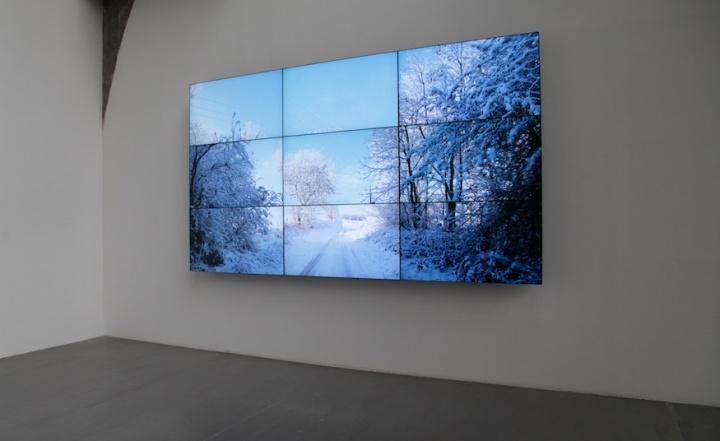 """大卫·霍克尼个展""""春至""""现场,《沃德盖特树林,冬天》(Woldgate Woods,Winter),2010年,9个数码影像同步播放于9台55寸NEC显示器组成一件作品,摄影:吴丹丹"""