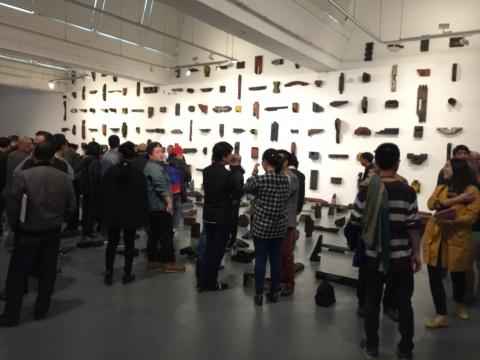 展览现场人气极高,背景为《大木作》