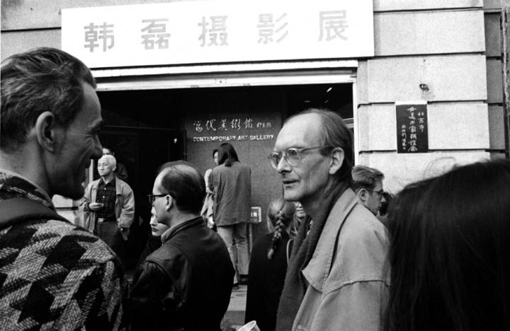 1995年11月5日戴汉志在北京当代美术馆展厅韩磊个人摄影展开幕式 (摄影:荣荣)