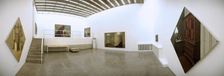 """01100001画廊二层展厅,此为2011年9月张业兴个展""""门与锁""""展览现场"""
