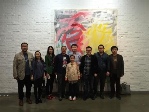 开幕现场艺术家陈亮(左五灰蓝色衬衫)与嘉宾合影