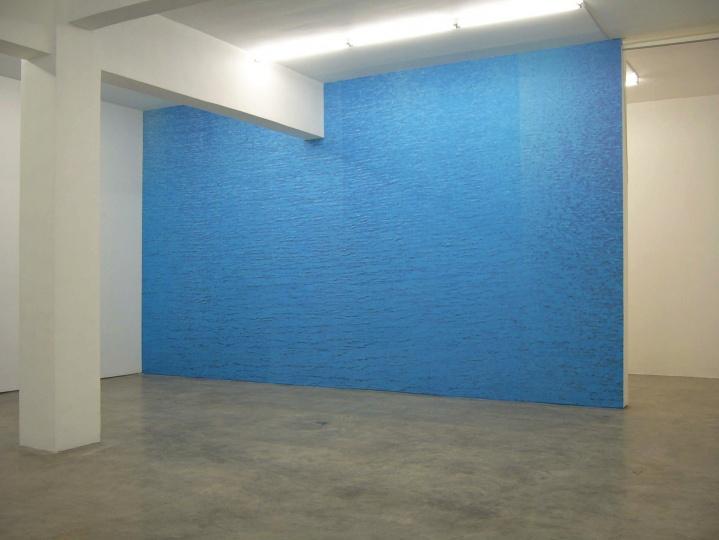 """2005年,""""只有一面墙""""展览现场"""