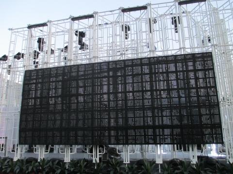 媒体艺术家Brandon Tay利用表面装置及其结构内的顶光互动效果,形象的展现新加坡的数字足迹。