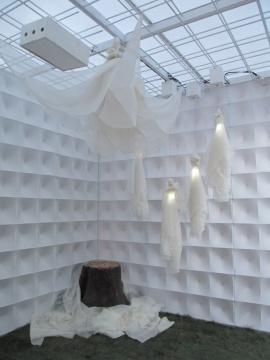 THE COLLABORATION 树干、服装、舞动的身体,悄然地活着,在钢筋和半透明材料织就的空间里共同呼吸。