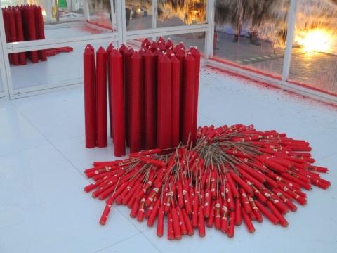 《Inside/Outside》将用25天在四座城市完成,表演艺术家林荣华通过蜡烛燃烧熏暗空间系列表演,来象征时间的流逝。