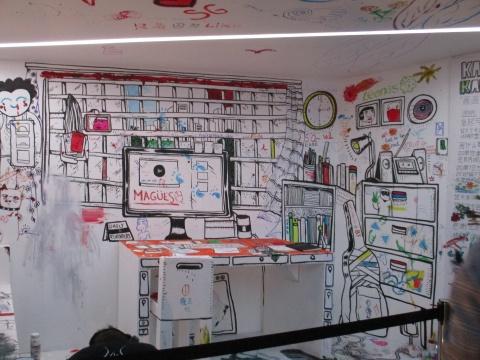 """在《Kamar Kamillion》项目中,艺术家Speak Cryptic拆卸个人私密空间的屏障,邀请观众进入""""卧室""""涂鸦,探索人性关系。"""