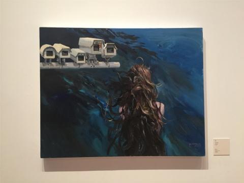 """2015年作品《水》,深蓝海水代表未知与潜在的危险,背对观众的人物与记录时代的""""眼睛""""冲撞着画面"""