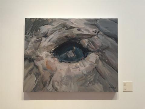 2015年作品《泉眼》,深灰色基调背景及伸出画面的一只诡异的手,欲言又止,无需多说