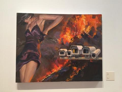 2015年作品《火》,远景是人们生存处境的某种夸张性隐喻,中景的记录者与近景人物的回应,俨然社会现实的片段截取或特写