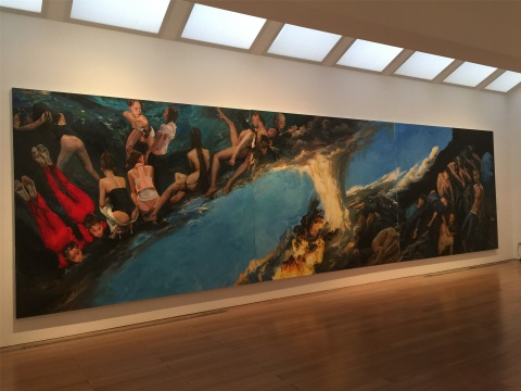 """2014年作品《坤乾》,三联巨作,极具冲突性的对角线构图,火山爆发断裂的地面以代表希望的蓝色分割画面,男女各占半边""""天"""",世间万象表露无遗"""