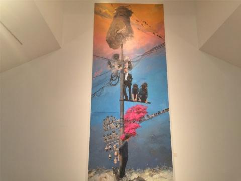 2015年作品《百尺竿头》,三段式构图,时空平行交织,不同时代的人及风物构成对话,电线杆如同时间将之串联