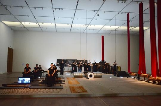 """天津美术馆上演的是由四位专业演员和二十位盲人演员共同完成的""""谐谑曲"""""""