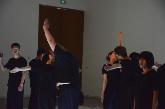 演员伸开双手通过或缓慢、或强烈的肢体接触彼此交流
