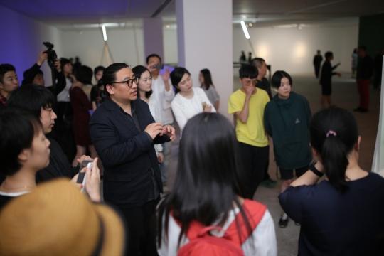 今格空间开幕现场 由学术主持李振华与策展人刘畑与媒体分享每件作品的细节