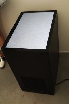 池田亮司 《超越三号》 LED显示器、电脑、音响、木质展台 W40 × H70 × D40cm