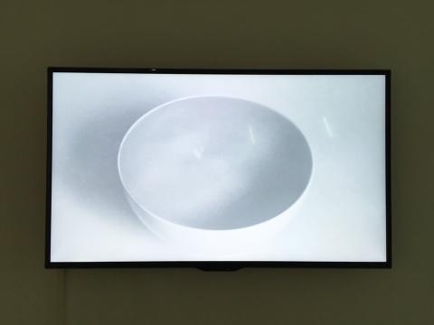 陈霄 《直径12.7》 白碗直径12.7厘米通过单镜头影像的循环播放,很难让人辨别这是一件平面作品抑或是影像