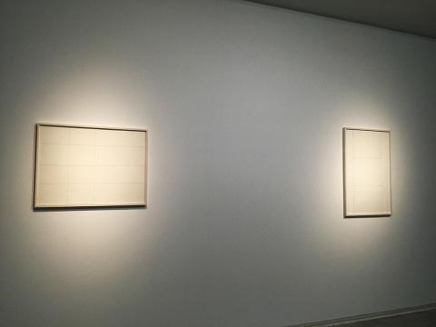 何翔宇 《一条直线》系列  在一张白纸上不借助辅助工具找到纸张的中心线,再用尺子画出中心线,持续重复这项工作,最终将所有中心线对齐,连成一条直线。