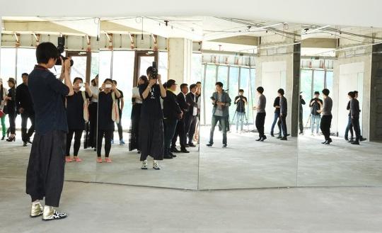 王振飞与王鹿鸣 《存在》 消失在画面中央的拍摄者与观众之间的关系不言自喻