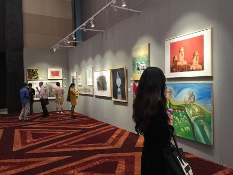 展厅展示的慈善拍卖环节的拍品