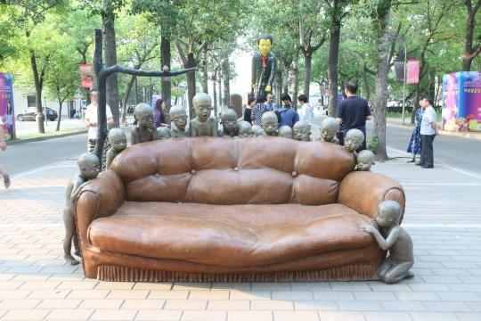 颜石林《怎么了?空沙发》铸铜化学着色 2010