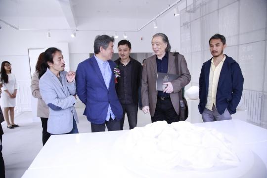 谭平、贾方舟参观展览现场,并与艺术家交流
