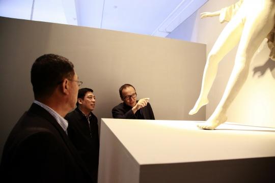 朱青生与嘉宾在展览现场