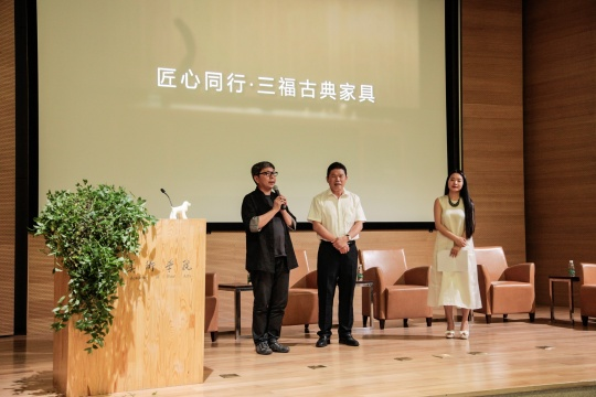 中国陈设委执行主任梁建国(左)与福建三福古典家具公司董事长(中)签订战略合作协议