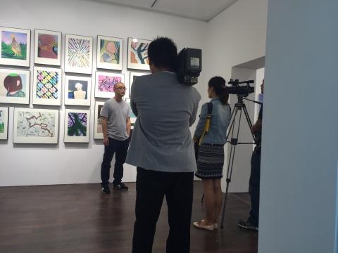 艺术家李勇在作品前接受采访