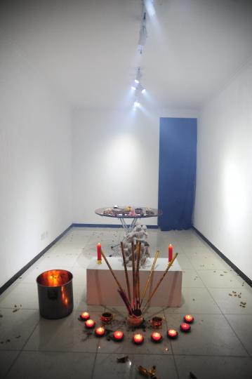 """2015年,智先画廊""""双飞替天行道"""",将双飞币当做冥币在现场燃烧"""