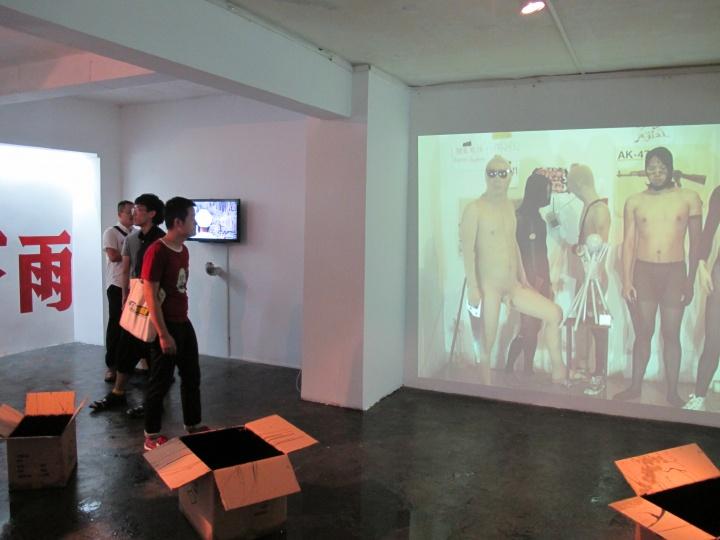 """2012,上海上午艺术空间""""双飞撕票艺术""""现场"""