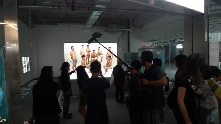 2010年,大声展,双飞艺术中心以模拟奢侈品牌广告大片的影像作品参展