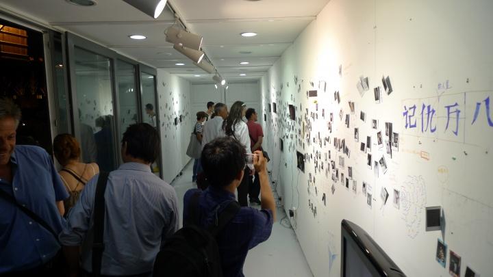 """2010年,在老码头集装箱展出双飞艺术中心个展""""不刻意不忘记"""