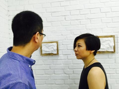 策展人王泡泡与艺术家朱昱在作品前