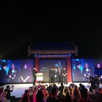 黄专、雅昌文化集团董事长万捷、故宫博物院常委副院长王亚明为张培力颁奖。