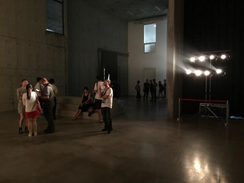 展览使用了舞台射灯制造效果