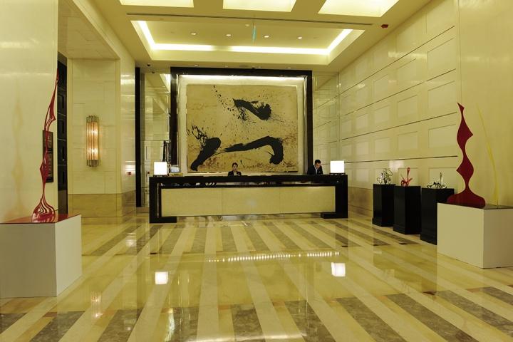 占领大堂前台背墙的秦风作品《欲望风景》是四季酒店艺术品的核心,大堂则辅以艾希里曼的装置作品