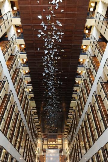 由澳大利亚艺术家Jayne Dyer为酒店量身创作的《蝴蝶墙》