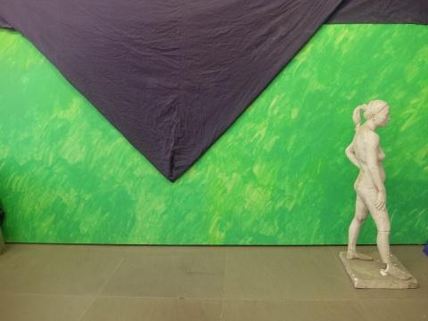 裸体雕塑在被部分遮盖的绿色画板前,这是有意为之,引发了观众的窥私和好奇心