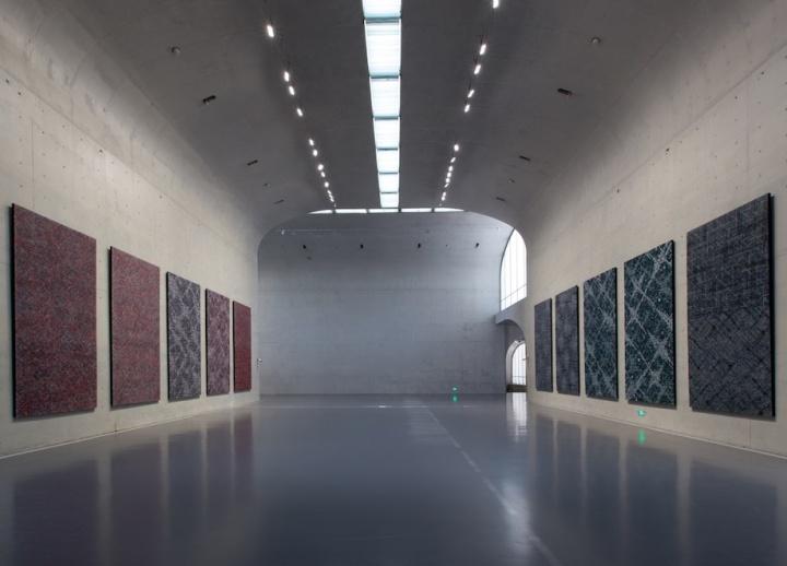 龙美术馆主厅,两面墙相对应着十件新作