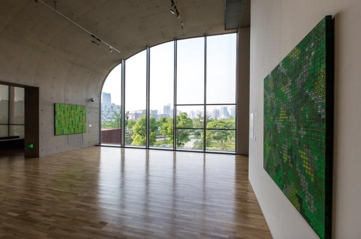 窗外的建筑、街道,以及绿色,同墙上的作品融为一体
