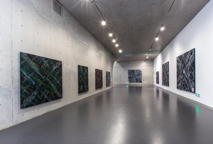 """以""""城市""""为主题的作品,通常呈现出从天空俯视的角度,这个展览的内部真是肃穆极了"""