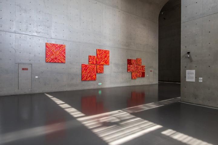地面的光,与墙面的作品,以及空间本身的线条,交相辉映