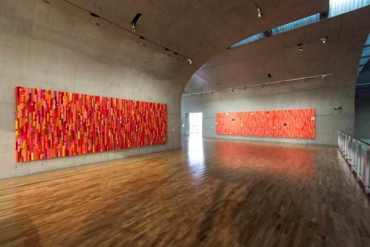 展览的视觉做的非常成功,借助作品的力量,在展厅中的走动和观看是具有连贯性的,一气呵成又极为丰富,这种体验贯穿在展厅内部中,也能在单独的作品里获得