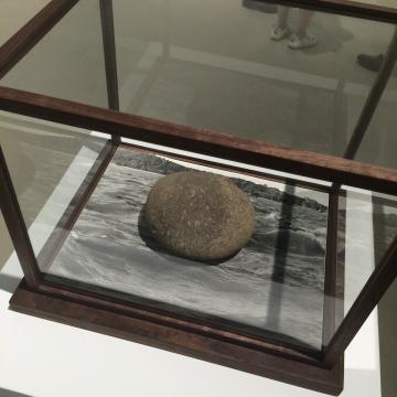 《落石》 手工银盐照片、石头 43×62cm 版本:唯一 2014