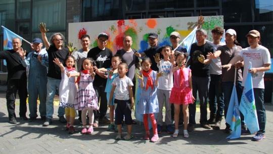 艺术家与参与活动的小朋友在共同完成了涂鸦墙前合影,掀起了活动高潮图片