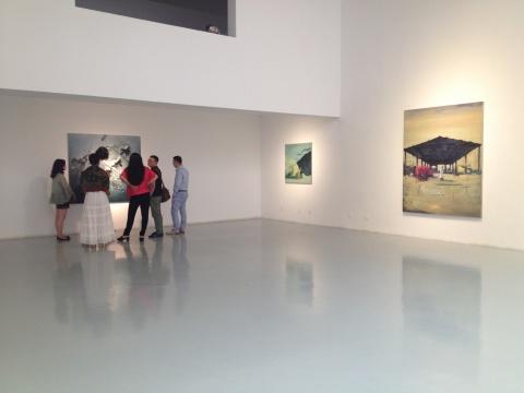 右侧展厅众多艺术家在观摩作品