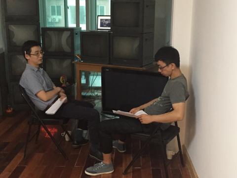 王朕(左)、杨健(右)在表演前排练